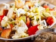 Рецепта Зелена салата айсберг с крутони, чери домати, кълнове и синьо сирене